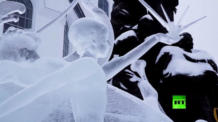 نحاتون يتسابقون في منحوتاتهم الجليدية