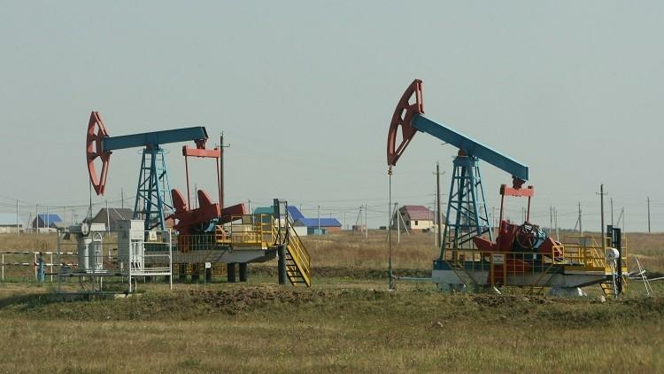 النفط يتابع ارتفاعه وسط تفاؤل بخفض الإنتاج