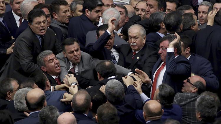 عراك عنيف في البرلمان التركي بسبب تعديلات أردوغان!
