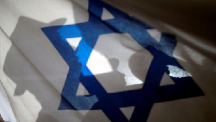 مواطن يرفع علم إسرائيل