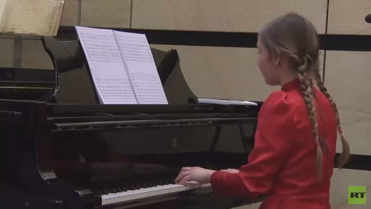 طفلة تدخل عالم الموسيقى من أوسع أبوابه