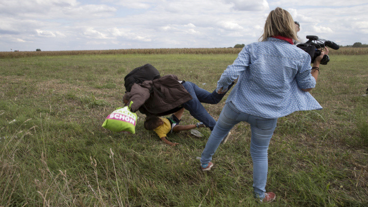 محكمة مجرية تعاقب الصحفية التي عرقلت لاجئا سوريا