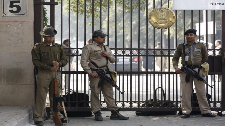 شاذ هندي يرتكب 500 اعتداء على قاصرات ويظن أن لون سترته يحميه من الشرطة