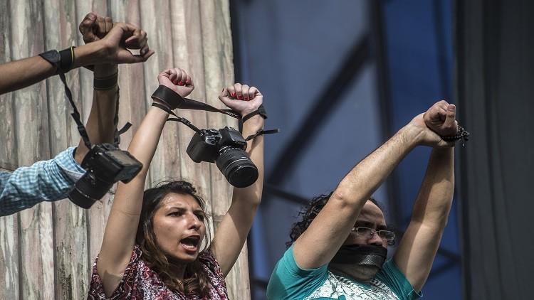 السيسي يعفو عن سجناء رأي وصحفيين خلال أيام