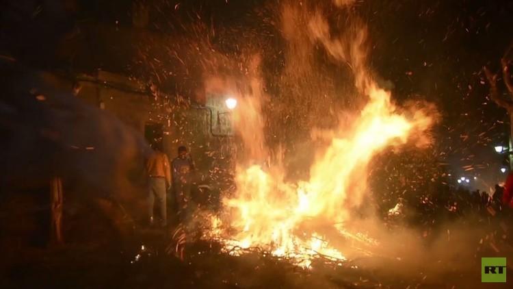 مهرجان القفز فوق النيران..  لتجنيب الحيوانات الأمراض