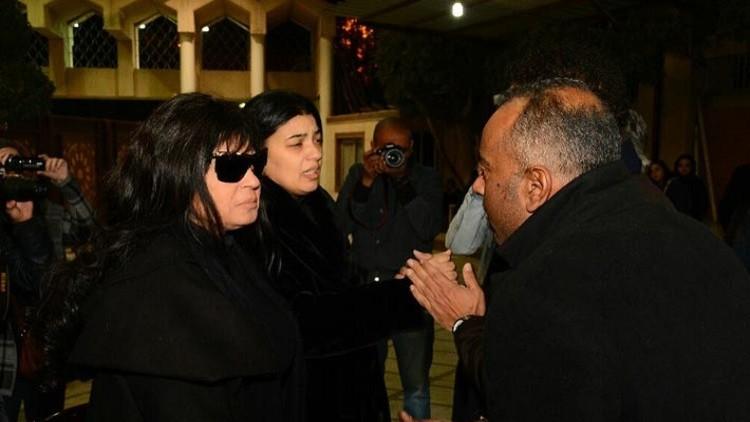 شاب يضايق فيفي عبده خلال عزاء كريمة مختار