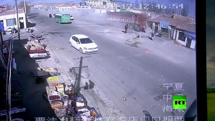 مقتل 5 أشخاص في اقتحام شاحنة بسرعة خيالية لمنازل في الصين