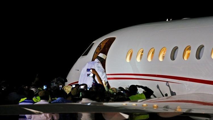 رئيس غامبيا السابق يغادر إلى منفاه