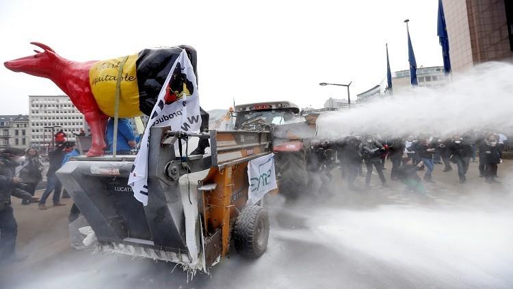 أوروبا.. مزارعون ينثرون مسحوق الحليب احتجاجا على تراجع الأسعار