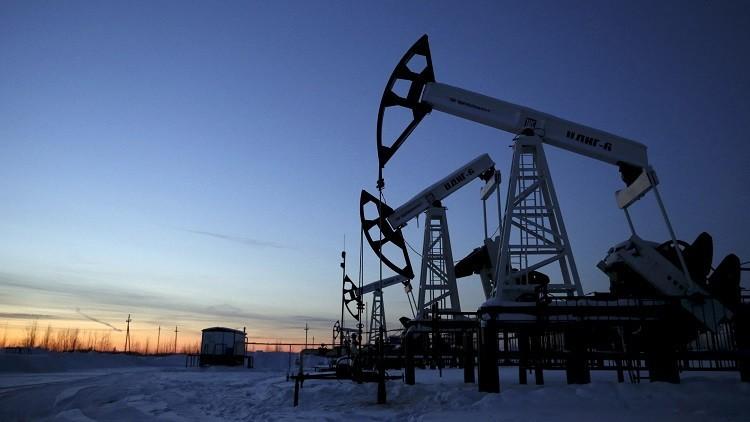 النفط يصعد مدعوما بخفض