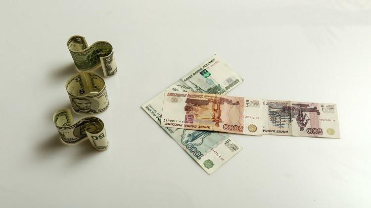 الروبل يواصل تعزيز مواقعه أمام الدولار واليورو