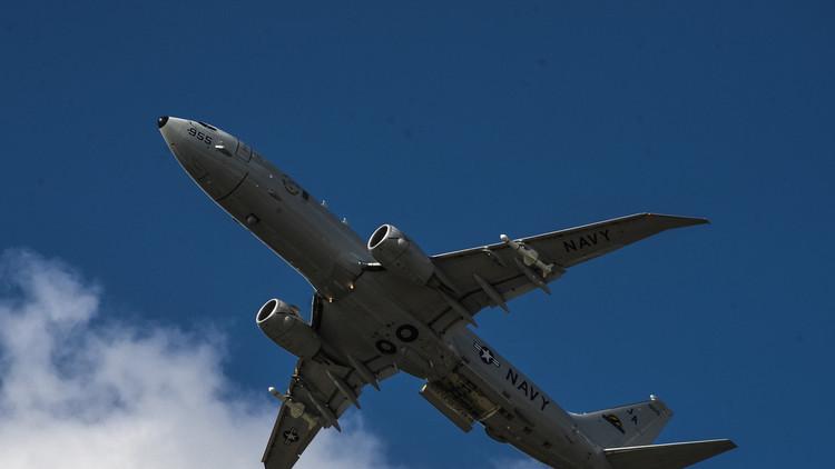 طائرة أمريكيةتحلق على ارتفاع منخفض فوق مجموعة