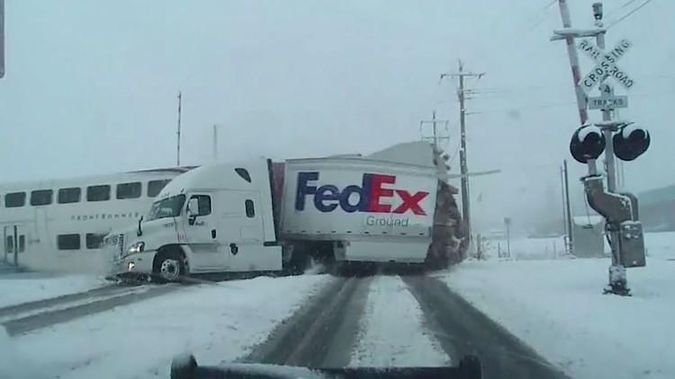 لحظة اصطدام قطار سريع بشاحنة في ولاية يوتا الأمريكية
