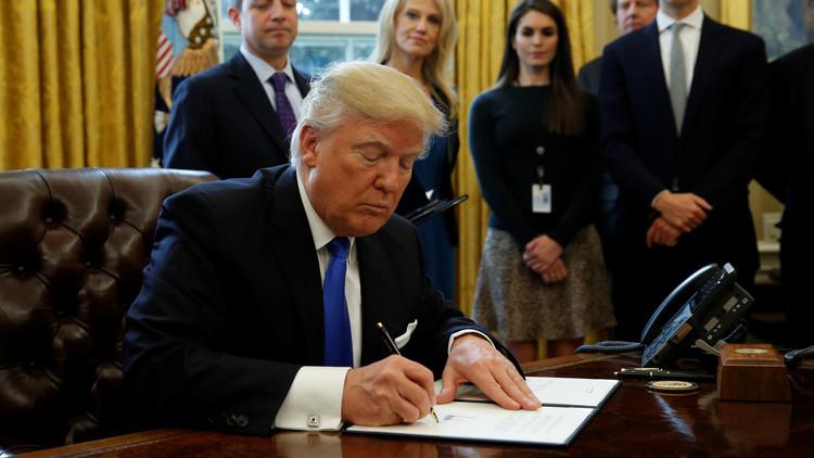 ترامب يوقع مرسوما يمنع دخول اللاجئين من دول مسلمة