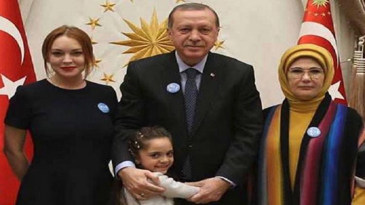النجمة الأمريكية ليندسي لوهان تلتقي بطفلة سورية في تركيا