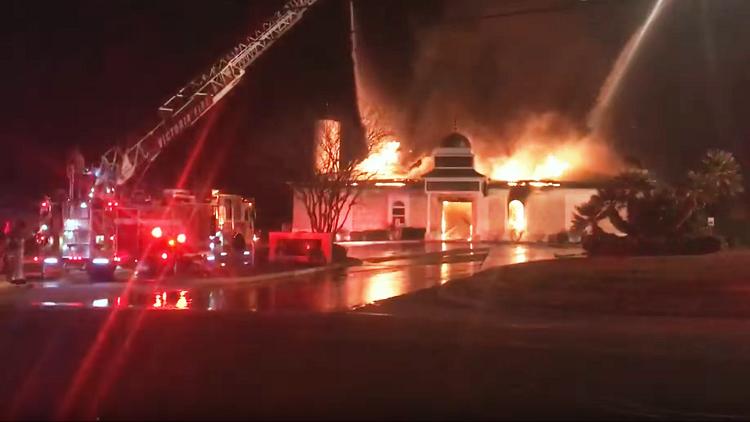 بالفيديو.. حريق هائل يلتهم مسجدا بولاية تكساس الأمريكية ويتسبب فى انهياره