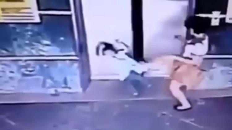 بالفيديو.. أم تنقذ ابنتها من المصعد بركلة!
