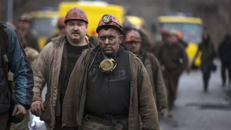 إجلاء 92 عاملا من منجم تعرض للقصف في شرق أوكرانيا