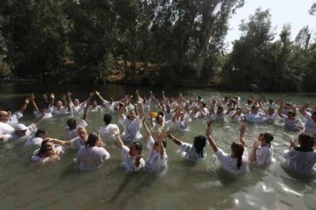 آلاف المسيحيين الكاثوليك يحجون إلى نهر الأردن