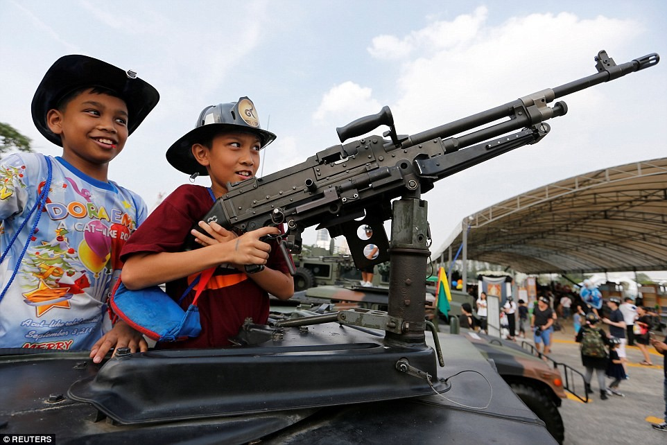 بالفيديو.. الجيش التايلاندي يترك أسلحته للأطفال!