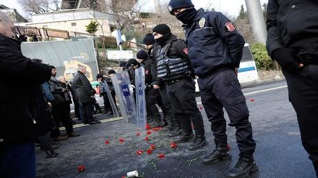 عناصر من الأمن التركي يقفون أمام الملهى الليلي