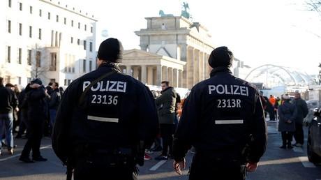 أفراد من الشرطة الألمانية في دورية بأحد الشوارع