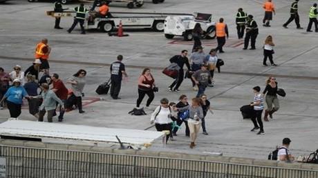مسافرون يحاولون الاحتماء على مدرج مطار فورت لودرديل في فلوريدا خلال اطلاق النار في 6 كانون الثاني/يناير 2017