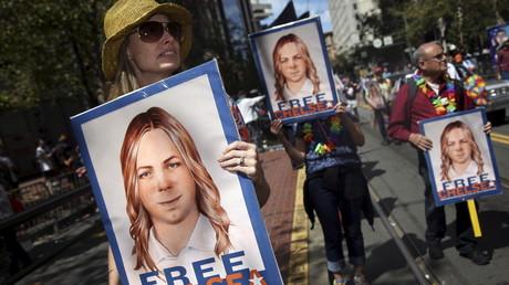 أشخاص يطالبون بالإفراج عن تشيلسي (برادلي) مانينغ خلال تظاهرة للمثليين في سان فرانسيسكو (19 مايو/أيار من العام 2016)