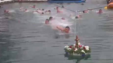 سباق للسباحة في المياه المتجمدة بالبوسنة