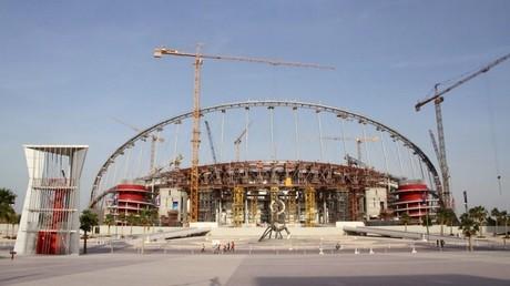 عملية بناء استاد خليفة الدولي في الدوحة بقطر