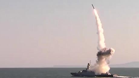 """إطلاق قطعة من أسطول بحر قزوين الروسي لصاروخ """"كاليبر"""" المجنح - 2016"""
