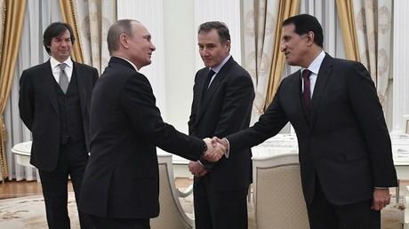الرئيس الروسي فلاديمير بوتين ورئيس جهاز قطر للاستثمار عبد الله آل ثاني