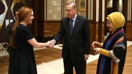 ليندسي لوهان تلتقي أردوغان وتهديه قلادة