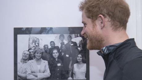 الأمير هاري يشاهد صورة لوالدته الراحلة