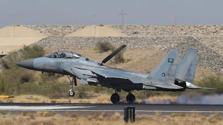 """مقاتلة سعودية من طراز """"F-15"""" خلال هبوطها في قاعدة خميس مشيط بعد تنفيذ ضربات في اليمن"""