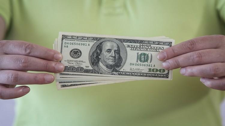 تثبيت سعر الفائدة يهوي بالدولار