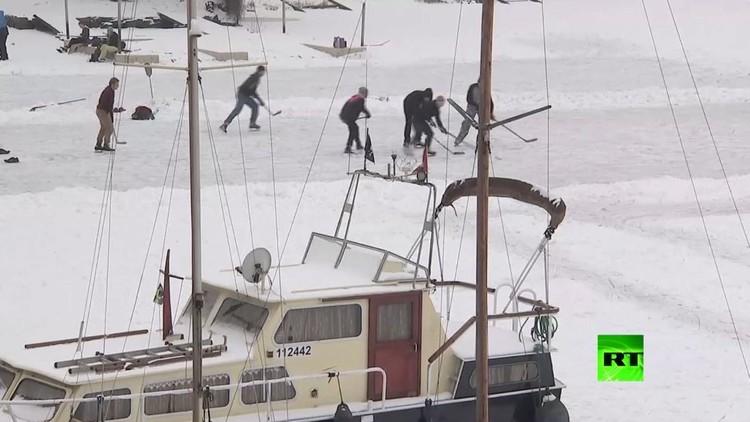 سكان براغ يتمتعون بالتزلج على جليد نهر فلتافا