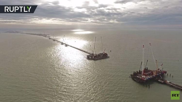 بناء جسر كيرتش يجري على قدم وساق
