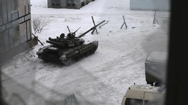 كييف توضح أسباب نشر دباباتها على الجبهة في دونباس