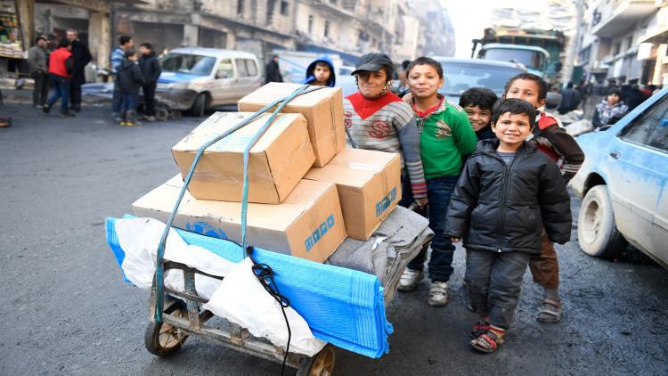 مركز حميميم الروسي يواصل إغاثة سكان شرق حلب