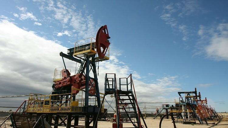 النفط يغلق مرتفعا بعد فرض عقوبات على طهران