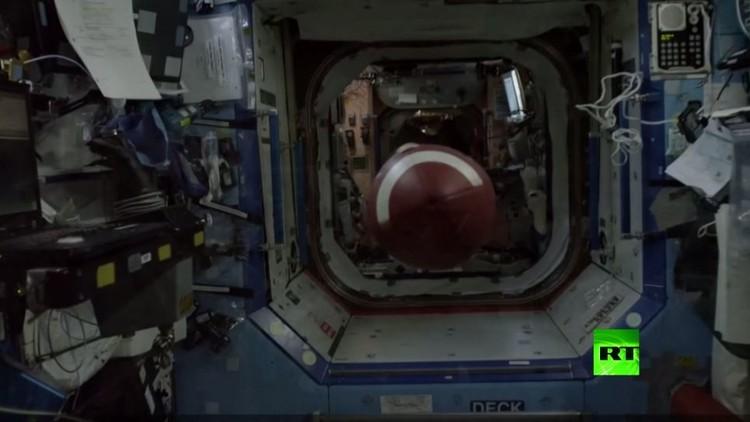 رائد فضاء أمريكي ينفذ أبعد رمية في التاريخ!