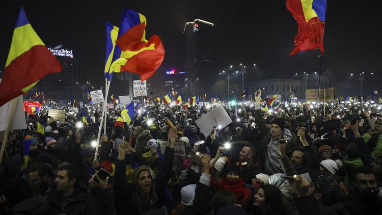 المتظاهرون في رومانيا يطالبون بتنحي الحكومة رغم تراجع السلطات عن قراراتها