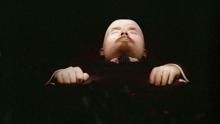 جثمان لينين يرتدي بدلته الجديدة