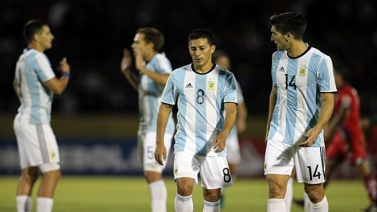 فريق أرجنتيني ينسى قمصانه ويلعب بقمصان المنتخب