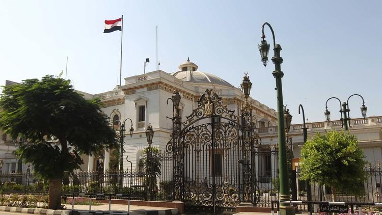 لجنة القيم بمجلس النواب المصري توصي بإسقاط عضوية أنور السادات