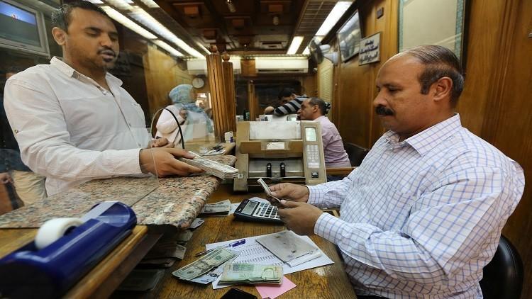 الدولار يهبط أمام الجنيه المصري
