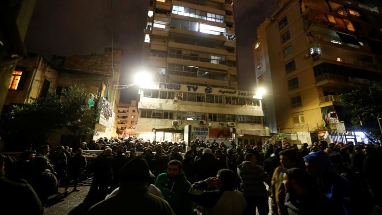 محتجون يهاجمون مقر قناة لبنانية في بيروت لإهانتها رجل دين شيعي
