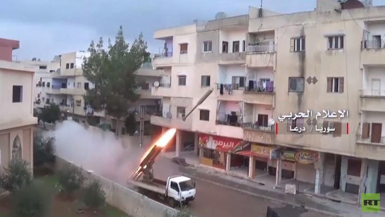لحظة قصف الجيش السوري لمواقع المسلحين في درعا