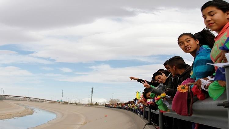 سلسلة بشرية مكسيكية على الحدود ضد جدار ترامب